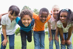 Encouragez votre enfant à se déplacer en groupe